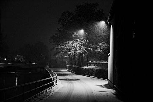 Nocny widok - ciemna ulica
